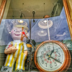 Boy and clock (Alfred Life) Tags: taipei taiwan 台北市 台灣 徠卡 華為 华为 summarit asph leica leicaduallenses summarith12227asph plus p9 huawei huaweip9plus summarith12227 徕卡 p9p