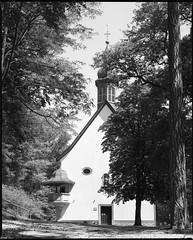 Bergkapelle - Pestkapelle (Naftade) Tags: white black mamiya film church analog germany delta 127 400 29 lc 35 taunus schwarz hofheim 119 hesse rb67 weis sekor ilfotec