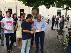 "Sabato 20 giugno- Vittorio Sgarbi autografa un suo libro a Giovanni Belfiori • <a style=""font-size:0.8em;"" href=""http://www.flickr.com/photos/132467718@N05/19071611296/"" target=""_blank"">View on Flickr</a>"