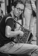 Tocador de concertina (Concertina player) (A. Paulo C. M. Oliveira) Tags: snapshot retrato portrait gentes peoples bw blackandwhite porto portugal nikon d3000 ianstantâneo preto e branco pb