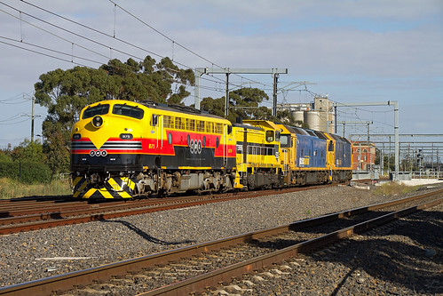 B75-T386 hauling G527-G541 with 0084 up SSR/PN locos transfer movement from Bendigo to Sth Dynon seen about to enter RRL towards Sunshine (18/12/2016).