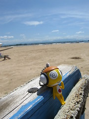 Blue sky.... Golden sand.... ku~ku~ku~~~~ (Socwind) Tags: bali toy top20toy keroro 巴里島 yourfavorite kururu keroro軍曹 interestingness413 i500 explore19apr06 socwind