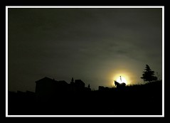 Have you ever seen a donkey silhouette against the full moon light in front of a cementery gate at 12 o´clock? (alonsodr) Tags: lafotodelasemana donkey 100v10f fullmoon 0000 abc alonso cementery 222v2f 111v1f 100vistas skyanimals alonsodr lmff lmff1 lfscontraluces