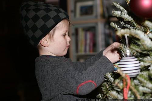 nick decorating the xmas tree - _MG_0702.JPG