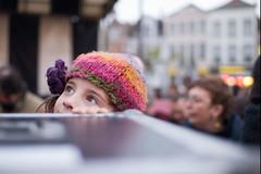 Zelie kijkt naar een koter van Steven (Michel Vuijlsteke) Tags: kinderen gent zelie vrijdagsmarkt deinternationalefanfare