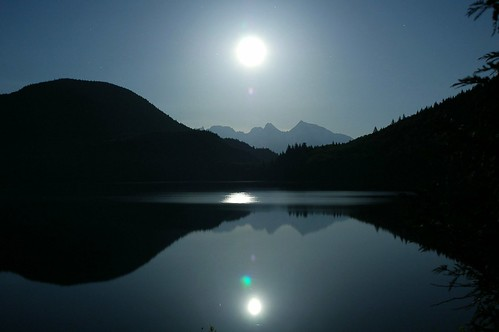 Luna brillando sobre un lago