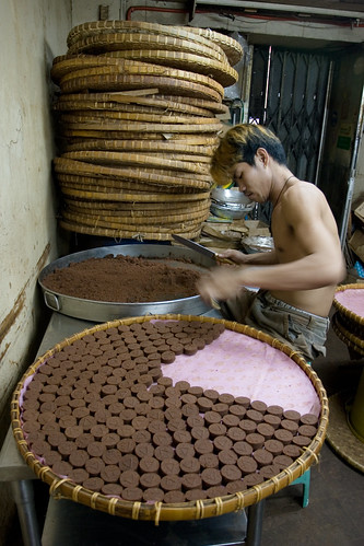 man working workers making chocolate binondo manila snack sweet food production Pinoy Filipino Pilipino Buhay  people pictures photos life Philippinen  菲律宾  菲律賓  필리핀(공화국) Philippines