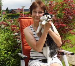 Claudia und ich (ute_hartmann) Tags: ute claudia katze garten selbstauslser drausen