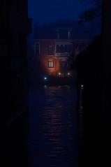 Colorato bagliore (s81c) Tags: notte night luci lights colore cielo color rosso red canale canal venezia venice nebbia fog canalgrande grandcanal riflessi reflections