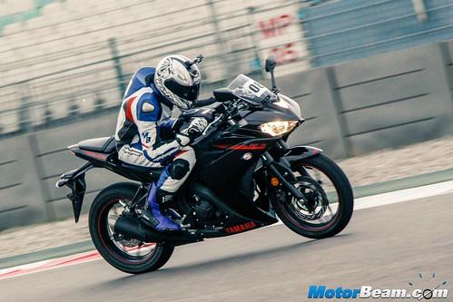 2015-Yamaha-R3-02
