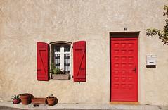 RED! (Digicam-Beratung) Tags: argensminervois canaldumidi frankreich südeuropa tourouzelle languedocroussillon fr red tür door window fenster haus house rot