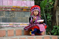 Hungry young Hmong girl at Doi Suthep - Jeune fille Hmong affamée au Doi Suthep, Chiang Mai, Thailand. (Olivier Simard Photographie) Tags: voyage travel red people hat thailand rouge temple pagoda asia indigo charm thaïlande bouddha apron thong chapeau chiangmai asie tribe miao tong hmong traditionaldress lanna charme younggirl sukhothai tablier bouddhisme tribu mountaineers jeunefille watphrathatdoisuthep animist montagnards costumetraditionnel hmongred whiteelephantlegend animiste doisutheppuinationalpark theravadabuddhisttemple hmongdo hmongrouge hmôngdo