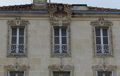 Charente-Maritime (Marie-Hélène Cingal) Tags: france sudouest charentemaritime 17 poitoucharentes nouvelleaquitaine saintjeand'angély fenêtres windows finestre ventanas