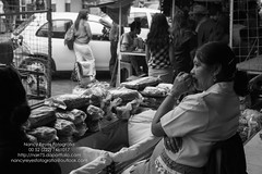 Monocromia-15 (narr75) Tags: blancoynegro mercado pan monocromia venta señora pensativa
