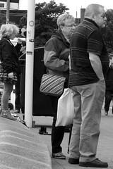 Kieler Woche 2015 (06 b) BW (Rüdiger Stehn) Tags: bw blackwhite blackandwhite schwarzweis schwarzundweis 2015 2000er europa mitteleuropa deutschland norddeutschland schleswigholstein kielerwoche menschen leute germany stadt kiellinie förde innenförde kielerförde ostsee ufer hafen kieldüsternbrook hafenpromenade promenade uferpromenade monochrom monochrome canoneos550d rüdigerstehn kielerhafen kiel