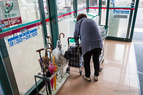 Parasole zostawia się przed wejściem do sklepu