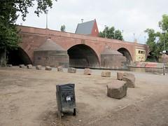 Anstehen / Queuing (bartholmy) Tags: bridge birds graffiti sticker streetlamp frankfurt main tags bin steine boulders pidgeons brücke mülleimer gable aufkleber abutment tauben giebel vgel strasenlaterne felsblöcke