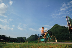 Girl on Bicycle, Sơn La Vietnam (AdamCohn) Tags: 075kmtobnmayinsnlavietnam adamcohn bnmay snla sơnla vietnam bicycle bike geo:lat=21406710 geo:lon=103767421 geotagged girl wwwadamcohncom chiềngpấc