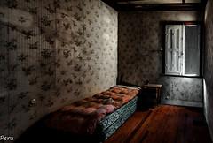 Simple dormitorio (Perurena) Tags: dormitorio bedrooom cama bed lecho letto colchon casa house ventana window abandono decay ruina luces sombras lights shadows urbex urbanexplore