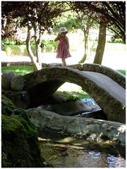 Pequeña niña .. (margabel2010) Tags: personas niños niña parque parques parquesyjardines jardinesyparques jardín puentes puente canal agua aguadulce solysombra contraluz contraluces árbol árboles piedras cemento