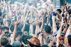 Benzendo... (Centim) Tags: bh belohorizonte minasgerais mg brasil br cidade estado país sudeste capital continentesulamericano américadosul foto fotografia nikon d90 pessoas multidão gente serhumano chuvaartificial carnavaliza carnavalizabh carnavaldebh carnaval carnaval2016 carnavalizabh2016