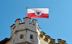 Sterzing 27 (WR1965) Tags: italien südtirol altoadige autonomeprovinzbozen sterzing erker flagge fahne