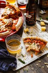 IMG_8779_exp (Helena / Rico sin Azúcar) Tags: beer cerveza pizza basil albahaca orégano ham jamón bacon mozzarella emmental cheese lunch dinner comida food