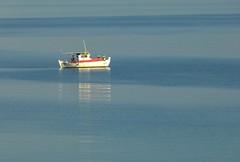 Paz (alfonsocarlospalencia) Tags: blanco luz azul mar rojo agua paz greece macedonia grecia soledad pesca calma timeless reflejos tranquilidad sithonia estela pensamientos lneas embarcacin makedonia tonalidades
