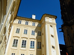 Building in Prague Castle, 2016 Aug 27 (Dunnock_D) Tags: czechia czechrepublic prague blue sky castle praguecastle unidentified building windows malástrana lessertown