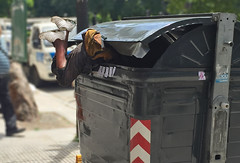 Al tacho (sueniero02) Tags: pobreza basura