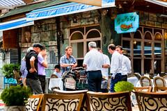 Straßenverkäufer in Istanbul-Street vendor in Istanbul (Jutta M. Jenning) Tags: street people restaurant essen reisen strasse streetphotography istanbul menschen türkei stadt trinken altstadt tourismus reise tuerkei tische verkauf stuehle ober kellner strassen speisen guertel staedtereisen strassenrestaurant strassenverkäufer geniesen erkunden dinieren staedete