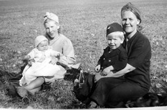 Mammor (Ken-Zan) Tags: moms kids barn mammor scanned gb kenzan ljunghav bw vintage