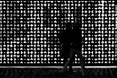 173/365 (alex bo.) Tags: 365 365project noiretblanc blackandwhite monochrome bw people night nikon nikond90 street streetphotography shape forme motif pattern light city urban rue