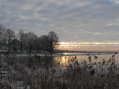 let the sunshine in (achatphoenix) Tags: ems eau riverems water wasser sky clouds hiver winter wolken rural ciel cielo aqua sonnenaufgang sunrise sunshine ostfriesland eastfrisia januar january morgen morning