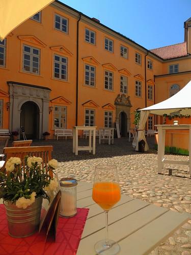 Orangensaft im Schlosshof Eutin