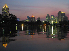 Bangkok (hn.) Tags: city sunset copyright lake reflection water night skyscraper reflections thailand lago see asia asien heiconeumeyer seasia soasien southeastasia südostasien wasser sonnenuntergang bangkok lakes cities limelight seen abendrot copyrighted gewässer gewaesser suedostasien