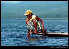 Intha Leg-Rowers Around the Lake (bocavermelha-l.b.) Tags: travel lake water fotolog myanmar itsongselection1 mirrorsofsociety itsong–nikonf4 inle–lake legendary–fishermen intha–people leg–rowers nikon–f4 culturalsurvival itsong–mirrors–southeastasia itsong–men–atwork–southeastasia mirrors–menatwork inburma shootingwithnikonf4