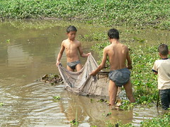 Boys fishing Luang Phrabang, Laos (John of Dallas) Tags: boys fishing luang phrabang luangphrabang
