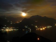 Moonrise at Lake Como (kenyai) Tags: moon lake como montagne lago luna fullmoon moonrise acqua montagna lagodicomo lario interestingness2 bellaggio grignone lunapiena menaggio i500 rifugiomenaggio