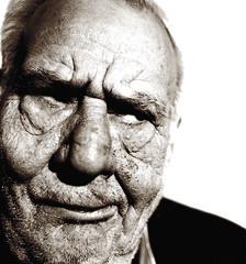 Homme âgé boudeur