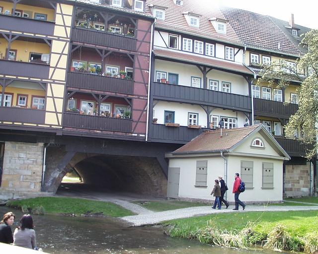 Unterhalb der Krämerbrücke fließt die Gera entlang