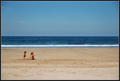 En la playa (DavidGorgojo) Tags: blue sea summer sky film beach azul kids 35mm lafotodelasemana mar reflex sand fuji child minolta superia asturias playa nios arena cielo verano dynax 100club analogic tapia occidente tapiadecasariego analogico lfs092006 playadeserantes sxpi