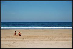 En la playa (DavidGorgojo) Tags: blue sea summer sky film beach azul kids 35mm lafotodelasemana mar reflex sand fuji child minolta superia asturias playa nios arena cielo verano dynax 100club analogic tapia occidente tapiadecasariego analogico lfs092006 playadeserantes sxpi