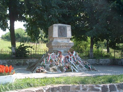 Fehéregyháza, Petőfi-emlékmű