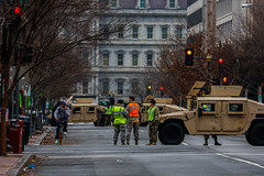 Military Roadblock (Charlie Lee.) Tags: washingtondc inauguration inauguralparade 취임식 퍼레이드 행진 대통령취임식 도널드트럼프 트럼프 districtofcolumbia 워싱턴dc 워싱턴 presidentialinauguration nationalguard usarmy unitedstatesarmy 육군 주방위군 미군 usmilitary military militaryvehicle gwu georgewashingtonuniversity 조지워싱턴 조지워싱턴대학교 humvee 험비 hmmwv foggy bottom 미국 북미