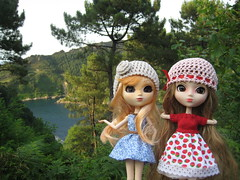 Photoshoot in the countryside (Karine'S HCF (Handmade Clothing & Furniture)) Tags: cliff scale hat de bay countryside strawberry san dress handmade pedro bahia pullip blythe 16 bonnet
