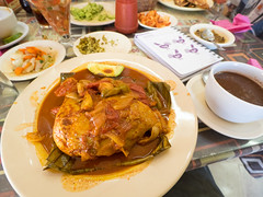 pollo pibil (dolanh) Tags: food chicken mexico lunch restaurant yucatan plates tizimin tresreyes pollopibil willycanto