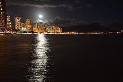 waikiki night (Simon_sees) Tags: moonlight moon reflection water ocean hawaii honolulu travel vacation holiday sightseeing night diamondhead waikiki