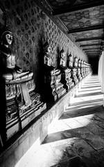 16012017-586A5886 (LIL Scarab) Tags: thailand bangkok temple canon eos ff 24x36 5dmarkiv bw contrast perspective eflens ef2470mmf28lusmii redring profondeur champ light sunset statut buddha shadow ombre lumiere 5d reflex travel traveler