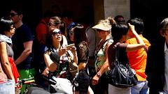 PASARÁ LA ACTRIZ SALMA HAYED POR AQUÍ ?    (PASS THROUGH HERE SALMA HAYED?)  (PASSER PAR ICI SALMA HAYED ?) (FOTOS PARA PASAR EL RATO) Tags: people cannes street calles gente francia personas